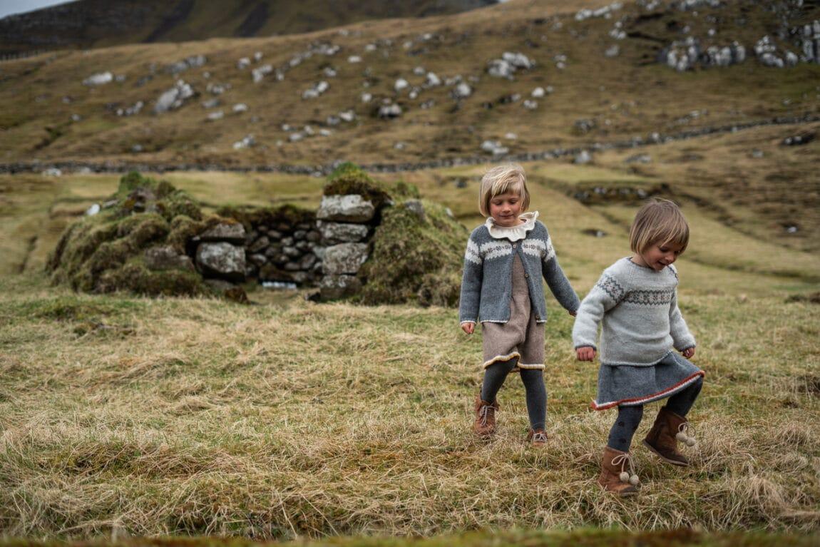 Dvi mergaitės vaikšto Islandijoje