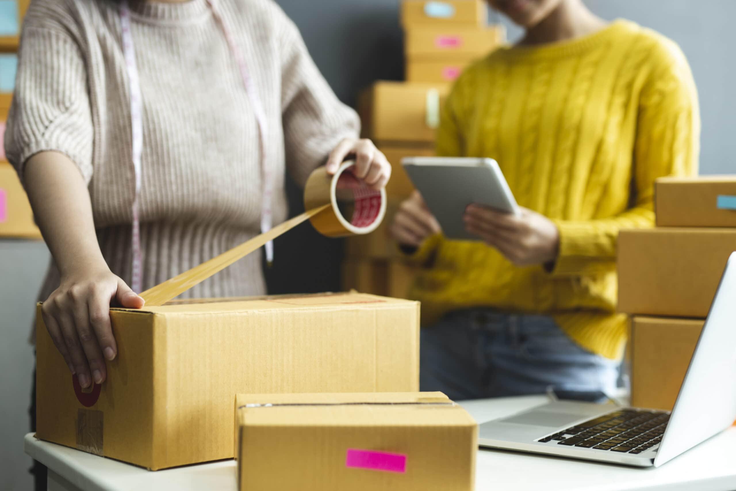 Moteris pakuoja siuntą, e-komercijos verslo įvaizdinis paveikslėlis